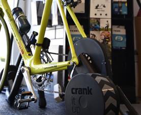 Indoor trainers, pompen, gereedschappen, sloten, verlichting, … we hebben een ruim assortiment accessoires op voorraad.